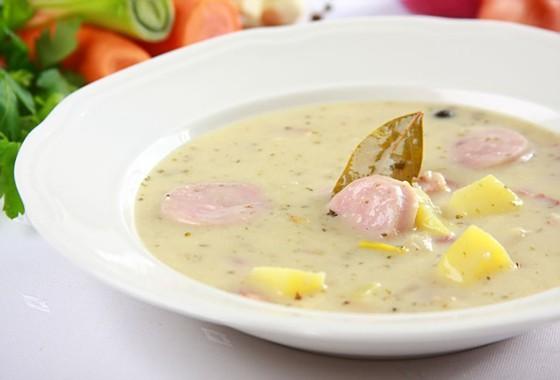 Bialy-barszcz-z-kielbasa-i-ziemniakami