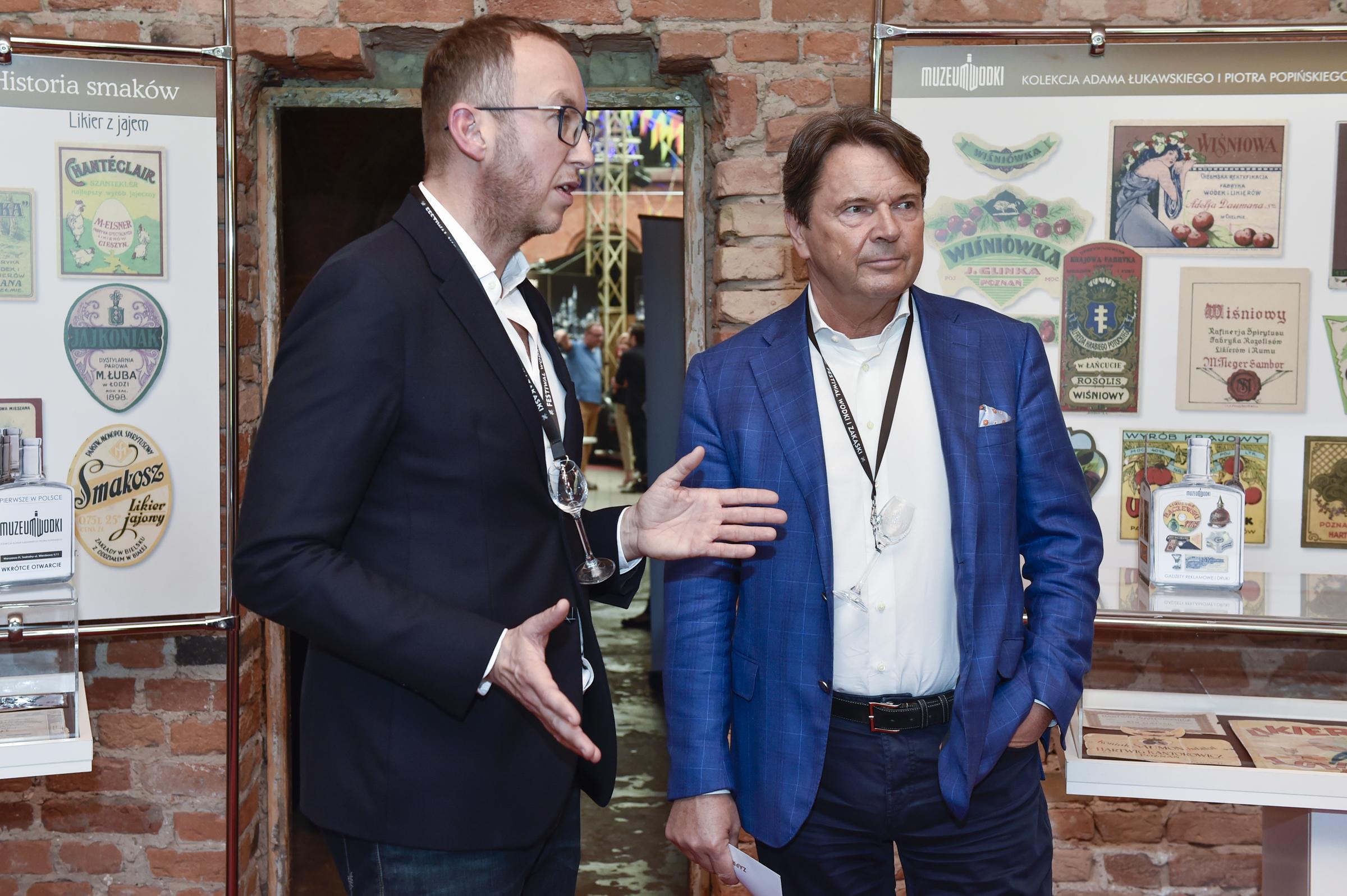 FWIZ 4a - Piotr Popiński prezentuje Zbigniewowi Jakubasowi Muzeum Wódki
