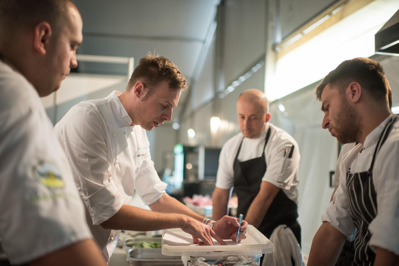 chef Sebastian Olma omawia pracę ze swoim zespołem w kuchn