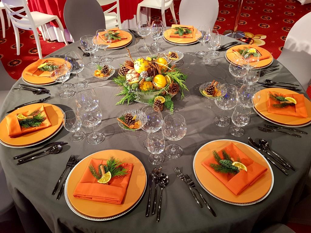 Stół szaro-pomarańczowy 1